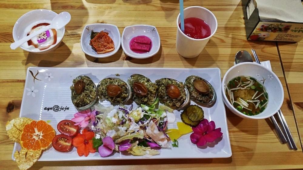 Ini dia full course-nya. Lengkap sekali ya, mulai nasi abalone, salad, miso sup, banchan, minuman dan yogurt